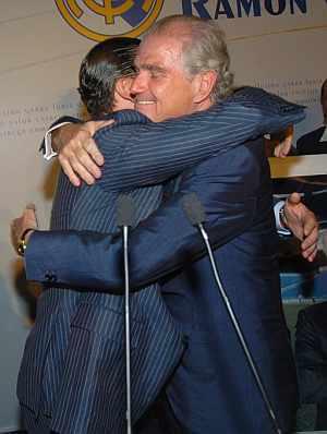 Calderón y Mijatovic se abrazan tras conocer el resultado de las elecciones. (Foto: EFE)