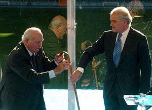 Ramón Calderón ayuda al presidente de honor del Real Madrid, Alfredo Di Stéfano, a recoger su bastón. (Foto: EFE)