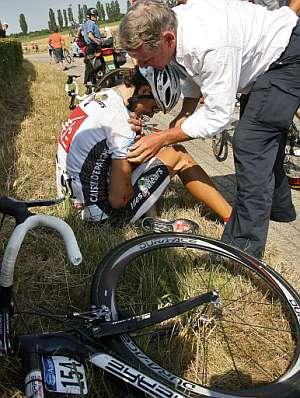 Valverde es atendido por un médico del Tour tras sufrir la caída. (Foto: AFP)