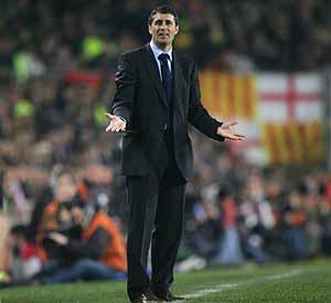 López Caro dirige un partido del Madrid. (Foto: AFP)