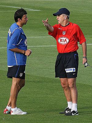 Javier Aguirre, con Kezman, durante el primer entrenamiento de la temporada. (Foto: EFE)