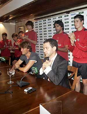 La plantilla y Lamikiz aplauden a Guerrero en la rueda de prensa de despedida. (Foto: EFE)