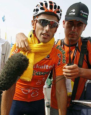 Iban Mayo recibe los cuidados de un componente del Euskaltel. (Foto: EFE)