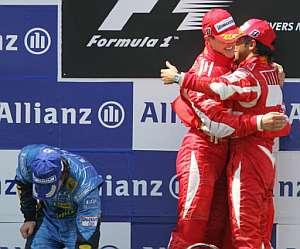 Schumacher y Massa se felicitan en el podio de Magny-Cours en presencia de Alonso. (Foto: AFP)