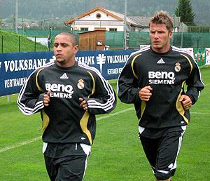 Roberto Carlos junto a Beckham, en un entrenamiento en Irdning. (Foto: EFE)