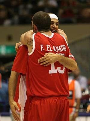 El Khatib y Balaa se abrazan al término del encuentro. (Foto: AFP)