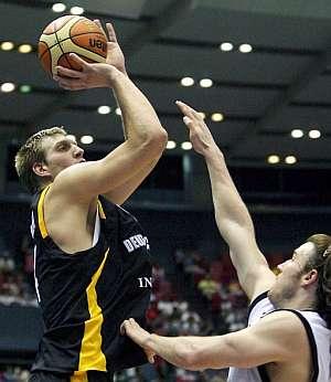 Nowitzki supera la defensa de un jugador neozelandés. (Foto: EFE)