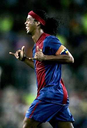 Ronaldinho celebra el primer gol al Bayern. (Foto: AFP)