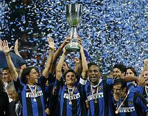 Los jugadores del Inter celebran el triunfo ante el Roma mostrando la Supercopa de Italia (Foto: AP)