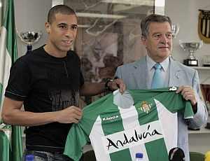 Wagner posa con la camiseta del Betis junto al presidente del club, José León, tras su presentación (Foto: EFE)