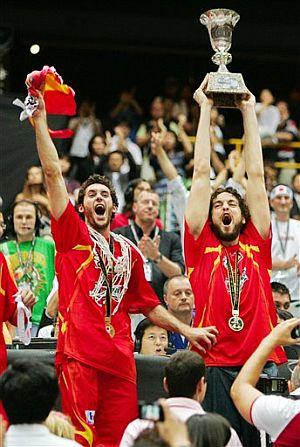 Pau Gasol levant ael trofeo de campeones del mundo junto a Rudy Fernández. (Foto: AP)
