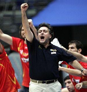 Pepu celebra el triunfo en el banquillo. (Foto: EFE)