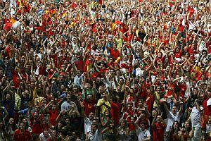 El público del Palacio de los Deportes de Madrid celebra el final del partido. (Foto: AFP)