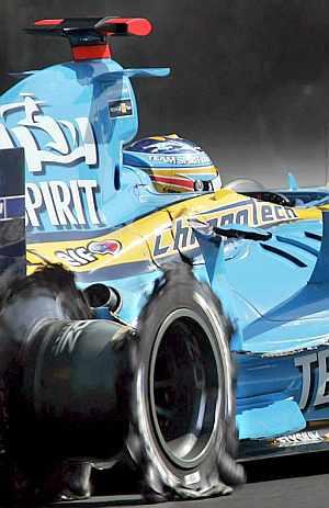 Alonso, sin neumático y con la aleta dañada. (Foto: EFE)
