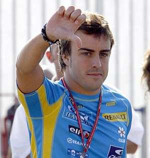 Alonso hace un gesto de reprobación a todo lo ocurrido. (Foto: EFE)