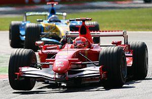 Al duelo entre Schumacher y Alonso le quedan tres capítulos. (Foto: AFP)