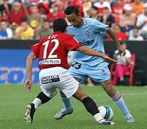 El jugador del Celta Neñe intenta driblar a 'Ruz'. (Foto: EFE)