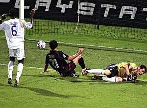 Tiago bate a Casillas delante de Diarra. (Foto: AP)