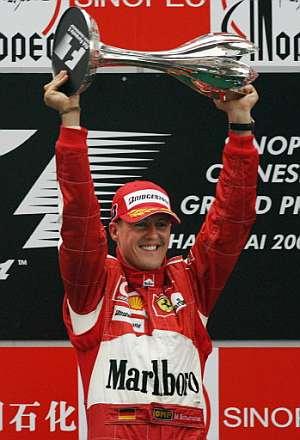 Schumacher, exultante, con el trofeo del GP de China. (Foto: AFP)
