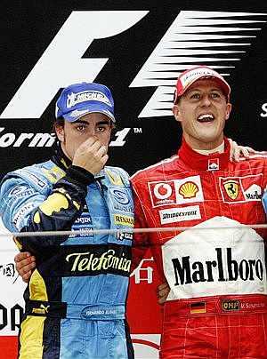 Los dos candidatos, con expresiones diferentes en el podio. (Foto: AFP)