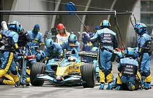 Fernando Alonso, durante un repostaje en boxes. (Foto: EFE)