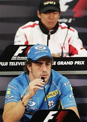 Alonso, durante la conferencia de prensa de la FIA. (Foto: AP)