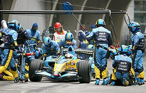 Repostaje de Alonso en el Gran Premio de China (Foto:EFE)