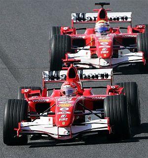 Momento en el que Schumacher adelantó a Massa, en la vuelta dos. (Foto: AP)