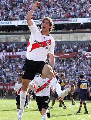 Higuaín celebra su primer gol en el partido. (Foto: REUTERS)