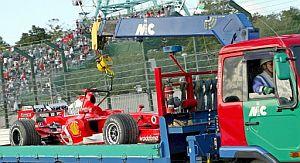 El Ferrari de Schumacher es retirado de la pista en un camión. (Foto: EFE)