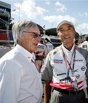 Bernie Ecclestone, con el presidente de Toyota Motor, Katsuaki Watanabe. (Foto: AP)