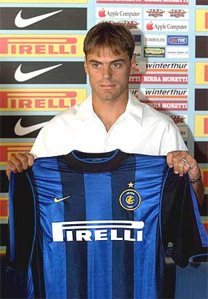 Farinós, durante su presentación como jugador del Inter en julio de 2000. (Foto: EPA)
