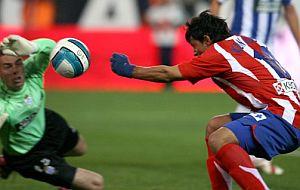 Agüero remata el balón con el puño. (Foto: EFE)