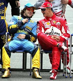 Alonso y Schumacher charlan en la foto oficial de la temporada. (Foto: AP)