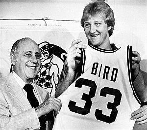 Auerbach presentando a Larry Bird en 1979. (Foto: AP)