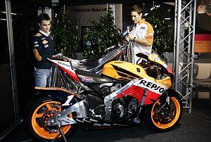 Pedrosa (i) y Hayden descubren la nueva moto de Honda para 2007. (Foto: EFE)