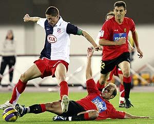 Torres trata de llevarse un balón ante la oposición de un defensa. (Foto: REUTERS)
