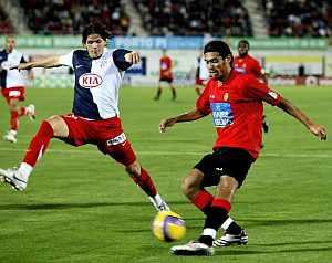 Arango intenta controlar el balón ante Zé Castro. (Foto: EFE)
