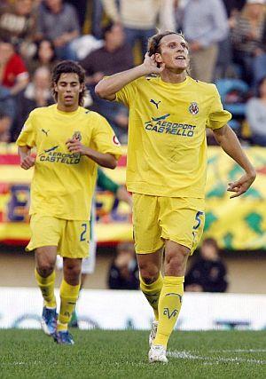 Forlán gesticula tras marcar el primer gol del Villarreal. (Foto: EFE)