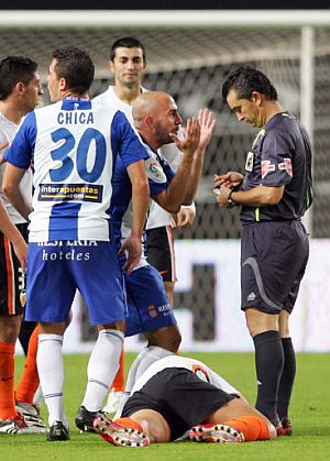 De la Peña protesta al árbitro una decisión. (Foto: AFP)