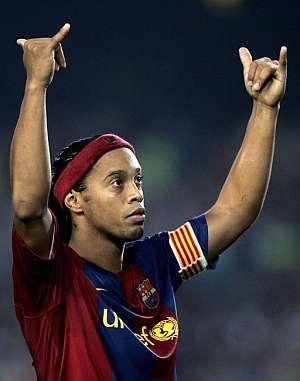 Ronaldinho celebra un gol. (Foto: EFE)