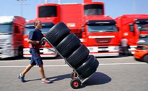 Un operario transporta neumáticos durante una prueba del pasado Mundial. (Foto: EFE)