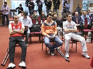 Petrov (i), De las Cuevas (c) y Maxi, los lesionados del Atlético. (Foto: EFE)