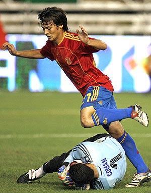 Silva salta para evitar pisar a Coman, tras la parada de éste. (Foto: EFE)
