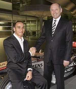 Lewis Hamilton estrecha la mano con Ron Dennis. (Foto: EFE)