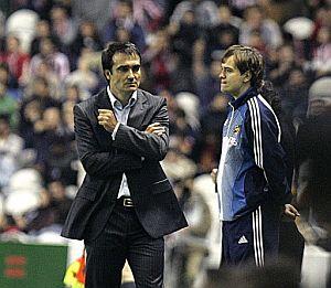 Felix Sarriugarte (i), durante el partido de Liga ante el Sevilla jugado en San Mamés. (Foto: EFE)