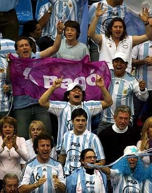 Maradona, en el centro de la imagen, camuflado como un hincha más. (Foto: EFE)