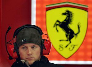 Raikkonen, de visita en el box de Ferrari. (Foto: AFP)
