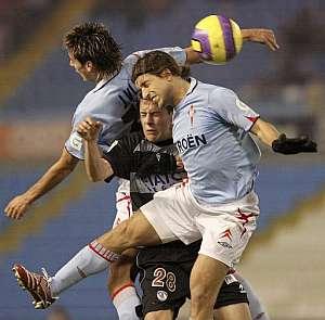 Los jugadores del Celta Jonathan Aspas (i) y el defensa argentino Diego Placente (i) luchan por un balón con el realista Gorka Elustondo. (Foto: EFE)