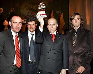 'Monchi', Juande, Del Nido y Javi Navarro, con el premio en Salzburgo. (Foto: EFE)